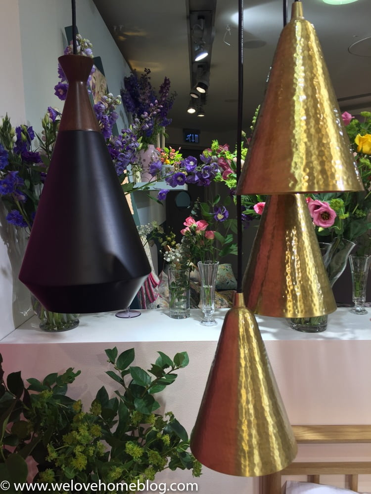How well do these gold lights sits with all the florals, giving it an edge. Love love love.