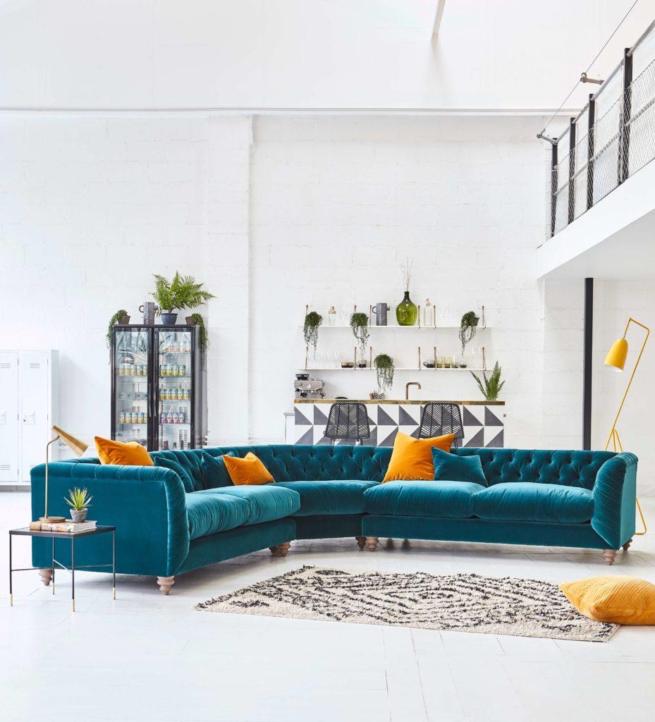 Откройте для себя эти топ-5 советов покупателя по покупке углового дивана от стилиста интерьера и блогера образа жизни Максин Брэди из блога We Love Home. Бирюзовый бархат честерфилд