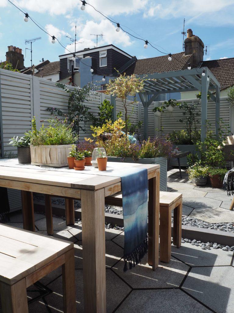 garden room, small urban garden, painted garden furniture,garden dining table