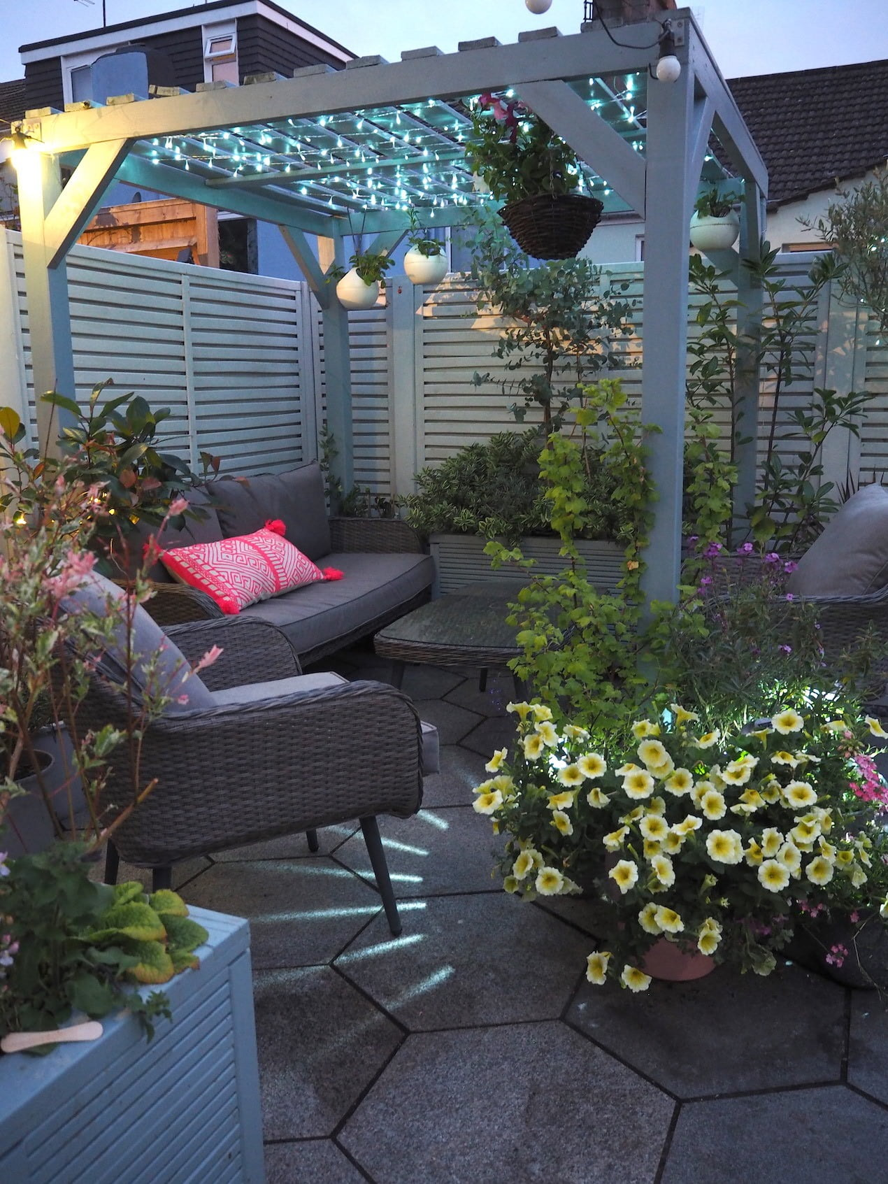 Try These 8 Pretty Garden Lighting Ideas - WeLoveHome - Home